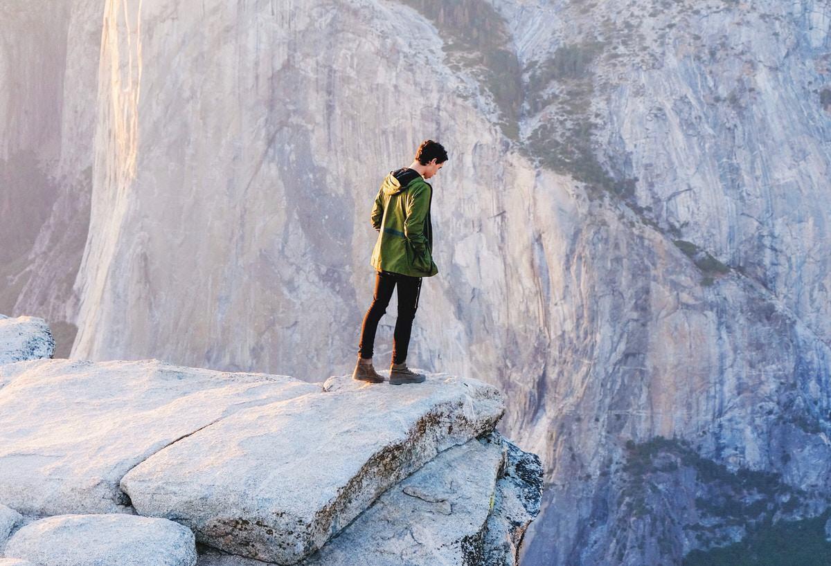 崖にいる男性