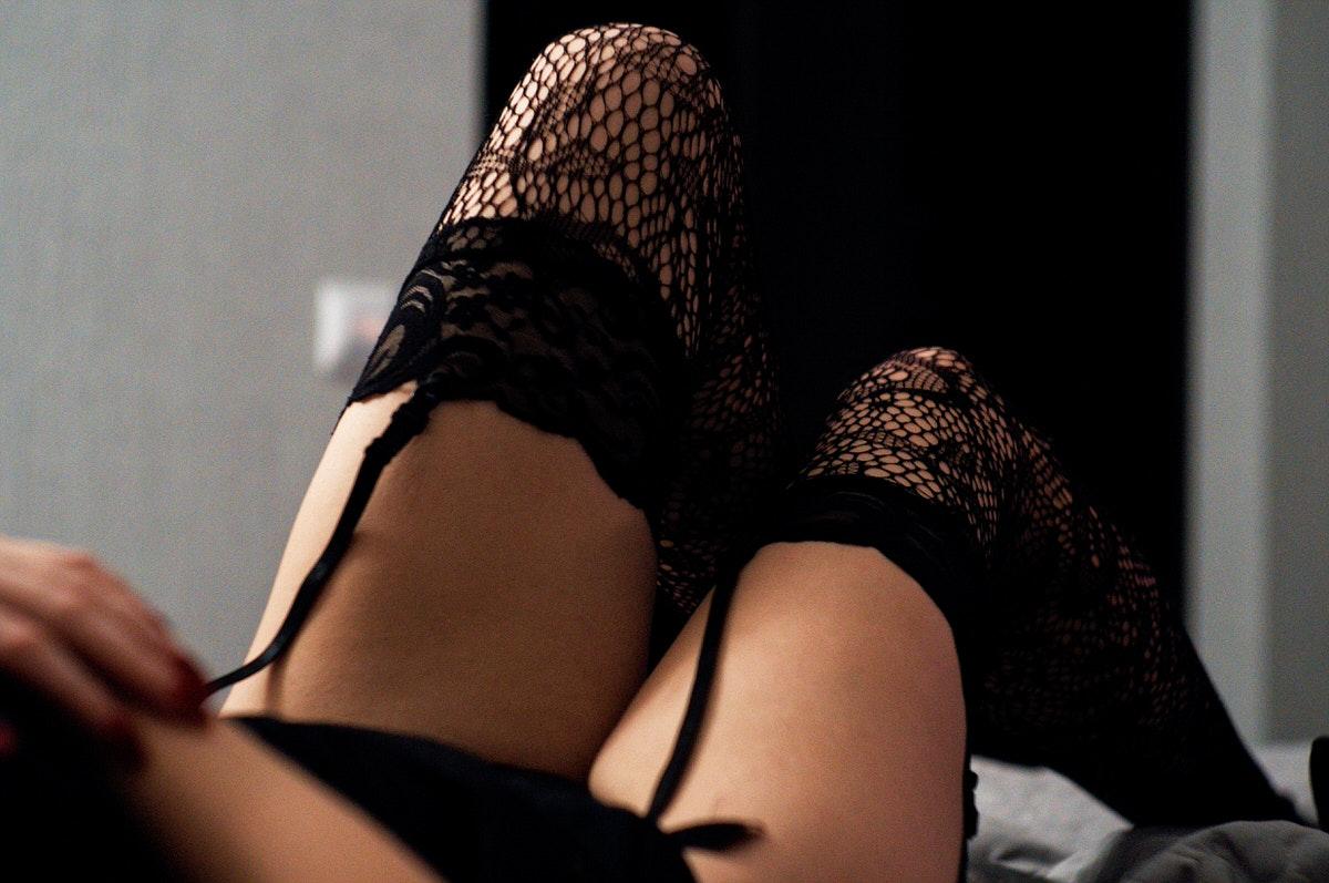 下着の女性